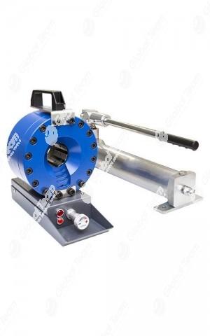 """Testa di pressatura, compatta e leggera, comprensiva di pompa a mano, per raccordare tubi flessibili oleodinamici fino a 1 """" R2.  Questa pressa dal peso ridotto (21 Kg) è particolarmente indicata per essere trasportata.  Alla testa può essere inoltre appl"""