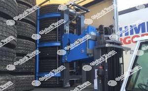 Pinza idraulica per presa pneumatici vetture e veicoli commerciali in multiplo . Adattabile su carrello elevatore già in possesso del cliente