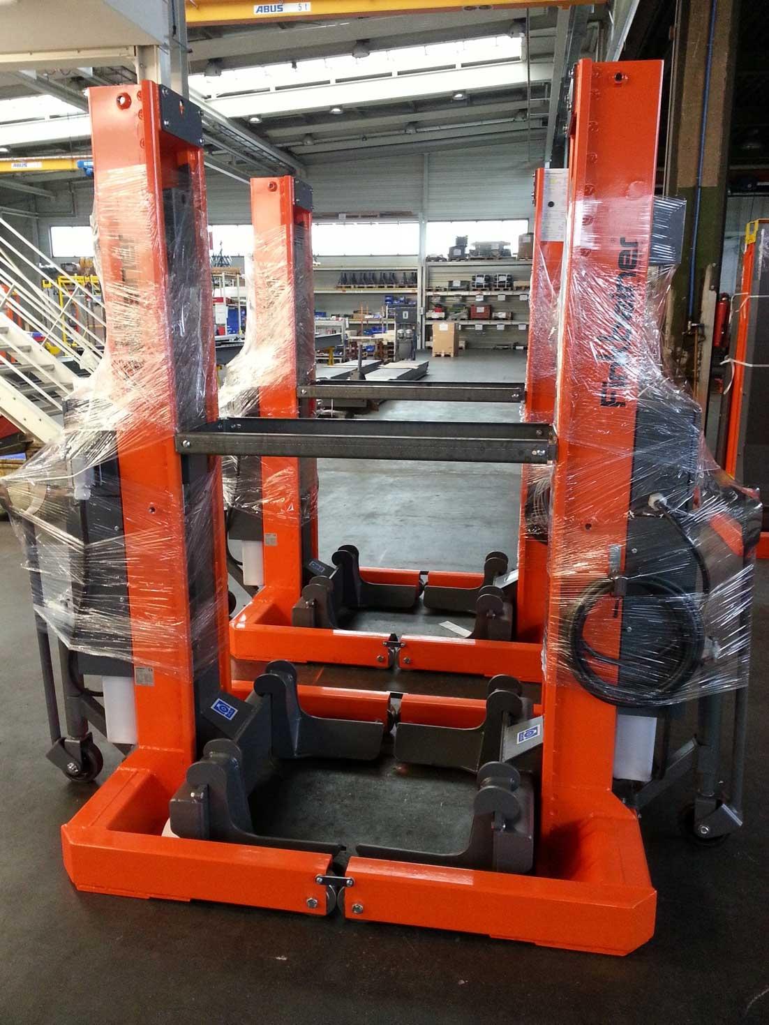 Stock di ponti a 4 colonne mobili elettroidraulici Finkbeiner top quality , da 7,2 ton. a colonna con collegamento a cavi. Modello elettroidraulico a 1,1 kw. a colonna , coibentati per lavaggio , forche registrabili universali , transpallet ad ammortizzat