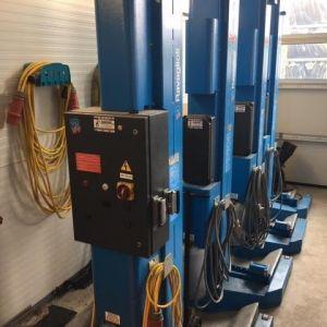 Ponte sollevatore a 4 colonne mobili idraulico a cavi da 5,5 ton. Forche registrabili universali